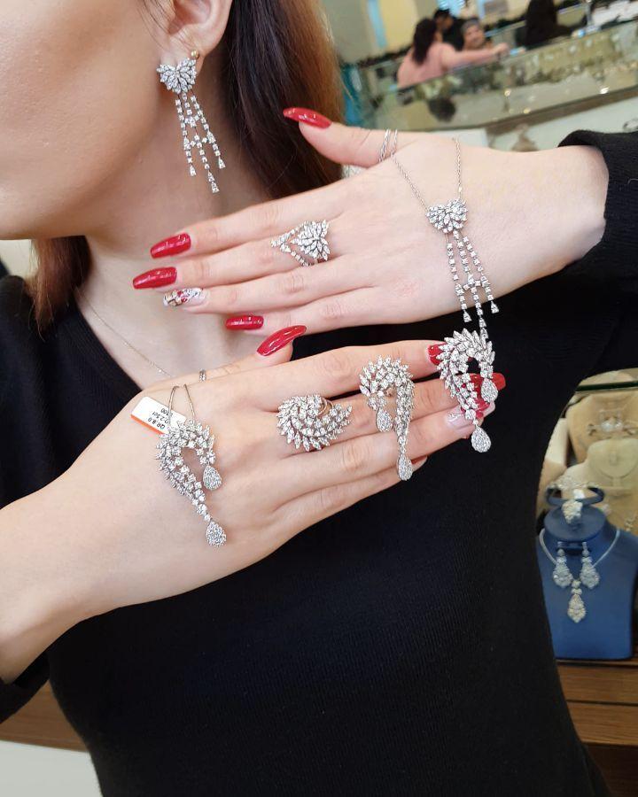477 Likes 14 Comments Moskva Univermagi 2 Ci Mertebe Sansi Jewellery On Instagram Xanimlar Iri Qasli Dəstlər Endirimdə Jewelry Diamond Bracelet Diamond