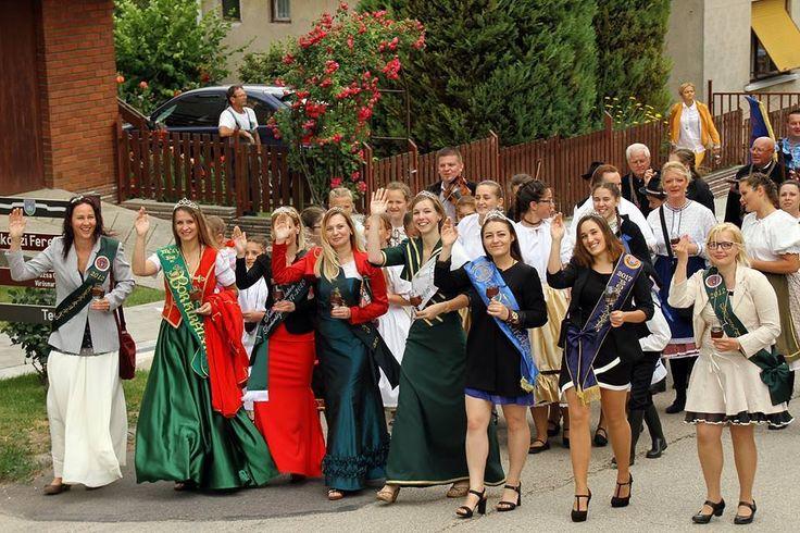 """Rozsnyai Attila (Rozso)  Csókakői borünnep Kárpát-medencei borrendek találkozója volt ismét Csókakőn. 34 borrend köztük három """"határon"""" túli borrend, kilenc borkirálynő színesítette a borünnepet. Képen a szokásos """"borkirálynős"""" integetés... Több kép Attilától: www.facebook.com/csokako.kozseg és www.facebook.com/borrendcsokako"""
