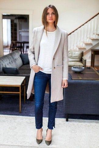 Tenue: Manteau gris, Pull à col rond blanc, Jean skinny bleu marine, Escarpins en cuir