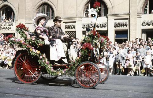 800 Jahr Feier der Stadt München HRath/Timeline Images #1958 #Auto #Autos #Fahrzeug #Wagen #Car #Cars #Oldtimer #Umzug #Blumen