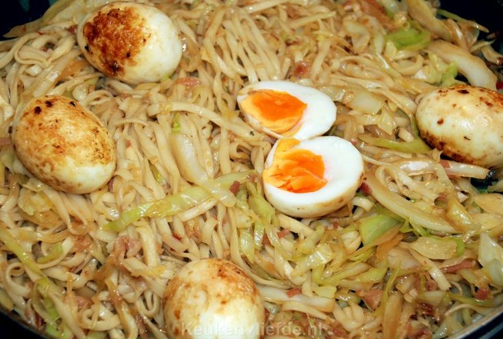 Bami met witte kool, ketjap en gebakken eieren