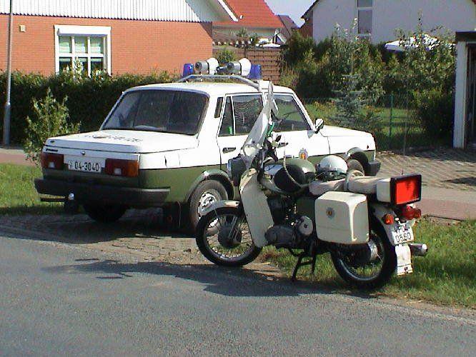 Im Bild ein Funkstreifenwagen der Volkspolizei vom Typ AWE Wartburg mit 1.3 VW-Maschine aus dem Jahr 1989 sowie ein Funkkrad MZ TS 250F,ebenfalls Volkspolizei aus dem Jahr 1973.Beide im Originalzustand und heute sehr selten.