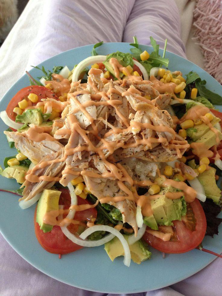 Salade met risotto rijst,kip,mais,uien.advocado, tomaat,rucolla. En whiskey saus