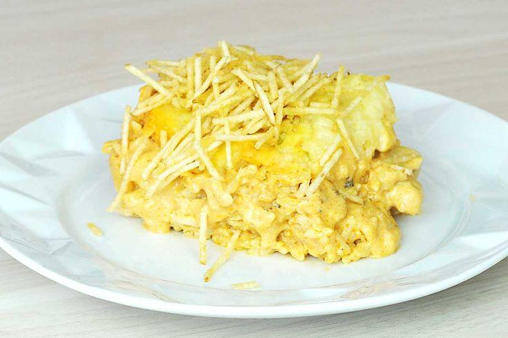 Arrozgonofe de frango _ O estrogonoffe de frango foi repaginado e com o arroz que estava na geladeira. (Reaproveitamento). Tem camada de batata em purê e batata palha.