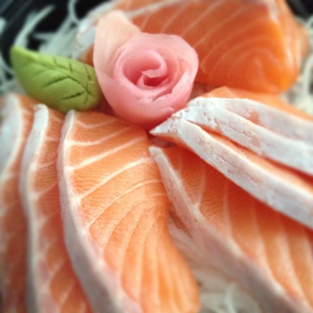 Salmon sashimi rose of ginger