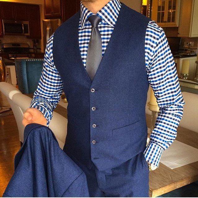 Para combinar o modelo slim com camisas estampadas, comece pelo básico: eleja…