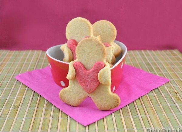 [introduzione] Quest'anno ho voluto provare a fare dei biscotti di san Valentino facili e veloci, oltre che molto teneri. Tutto quello che vi occorre sono un tagliabiscotti a forma di omino e uno a fo