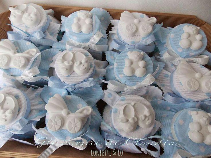 Barattolini con confetti e zuccherini, cappellino in cotone millerighe a pois e gessetti profumati.