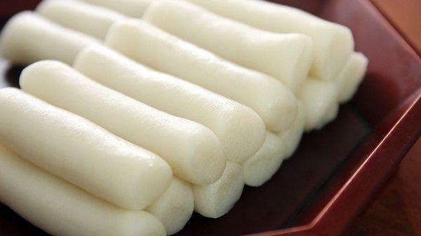 El garaetteok es un tipo de pastel de arroz coreano con forma de cilindro largo blanco. Se hace golpeando harina de arroz al vapor. Se emplea en varias recetas coreanas, como tteokbokki (aperitivo picante) o tteok sanjeok (brocheta de pastel de arroz).