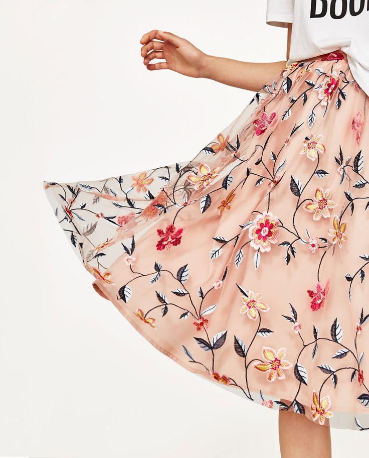フラワー刺繍入りチュール生地スカート