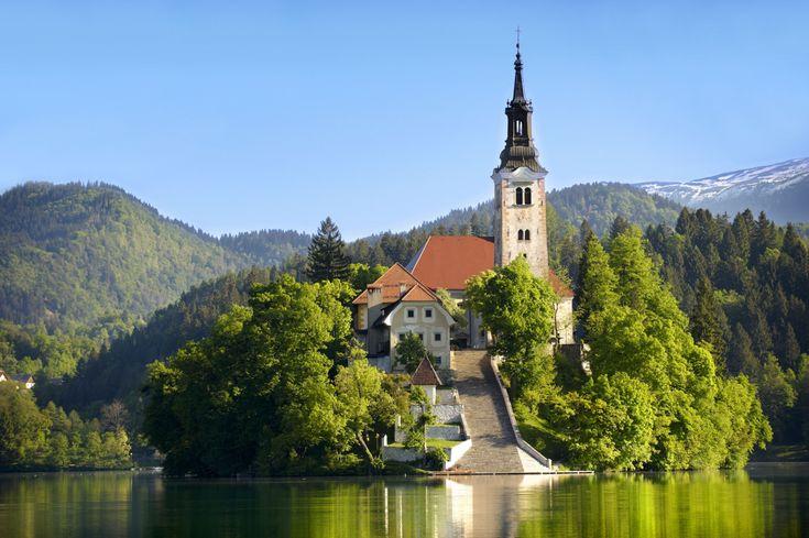 © Funkystock/Getty Images Iglesia de la Asunción, Eslovenia Se encuentra en la isla de Bledy se construyó en el S.XVII.