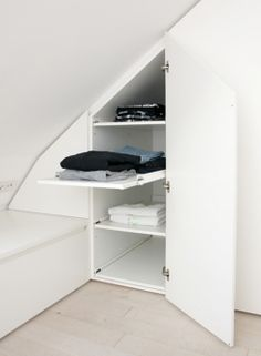 die besten 25 schrank dachschr ge ideen auf pinterest mansarde schlafzimmer stauraum. Black Bedroom Furniture Sets. Home Design Ideas