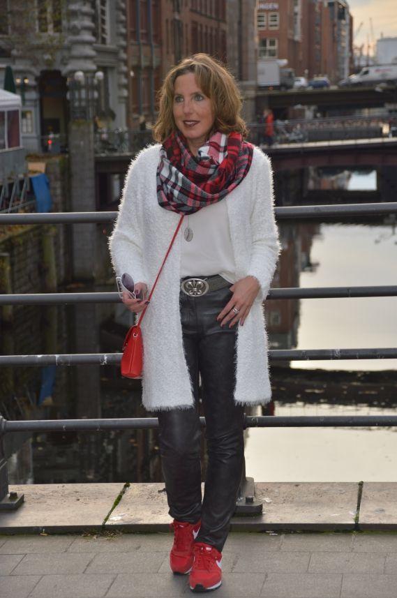 cool Weißer Cardigan, Lederimitat-Hose & rote Sneaker