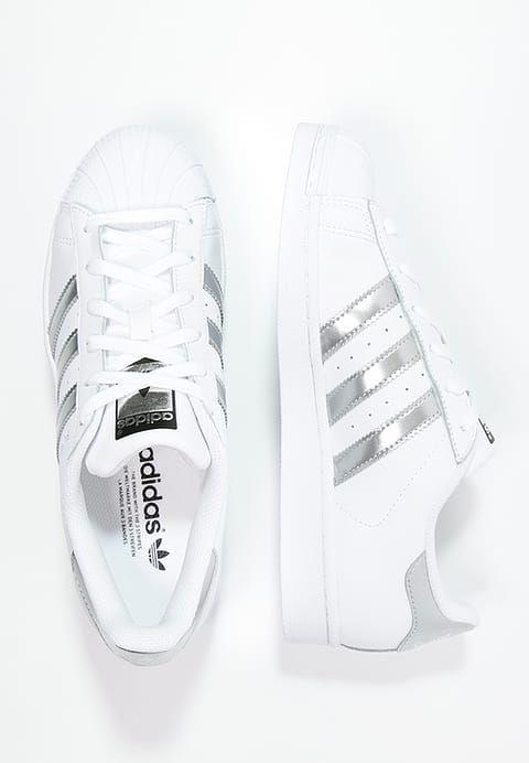 Damals wie heute ein echter Klassiker. adidas Originals SUPERSTAR - Sneaker low - white/silver metallic/core black für 99,95 € (16.02.17) versandkostenfrei bei Zalando bestellen.