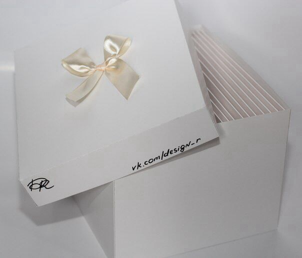 Приглашения упаковываются в коробочки, изготовленные специально по размеру