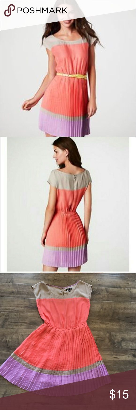American Eagle color block pleated dress, sz med Cute American Eagle dress. The skirt is pleated. The back has a slit so it is an open back. It was only worn a couple times and is in excellent condition. Size medium. American Eagle Outfitters Dresses
