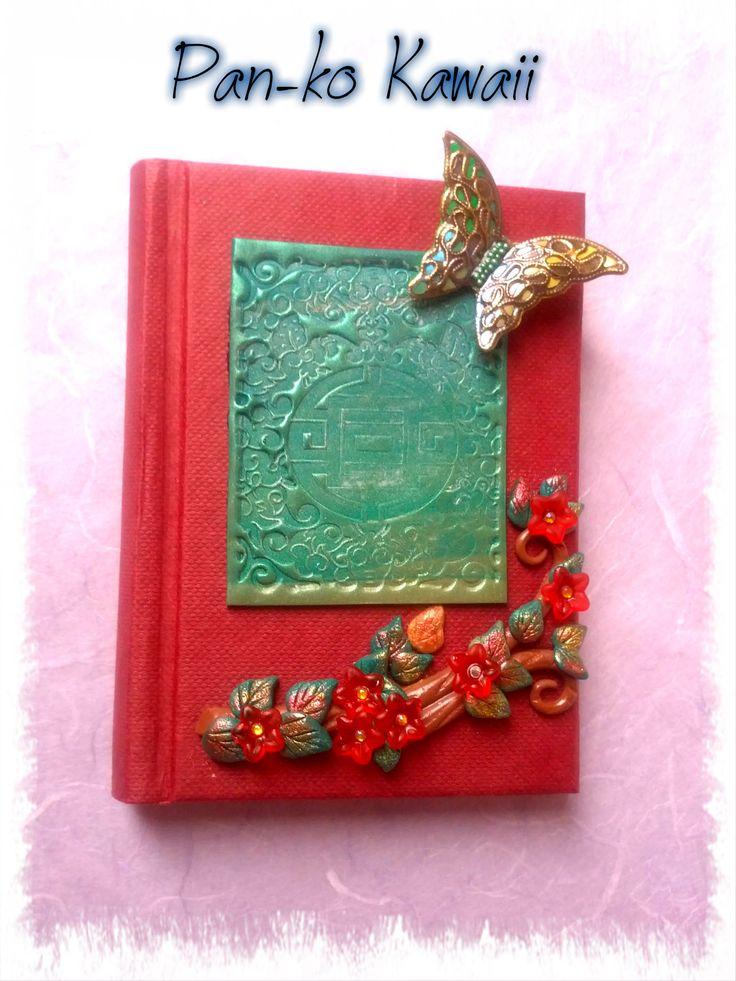 Diario Zen (12x8cm) con decorazioni in pasta polimerica e pigmento, arricchito da lucite e una farfalla in filigrana