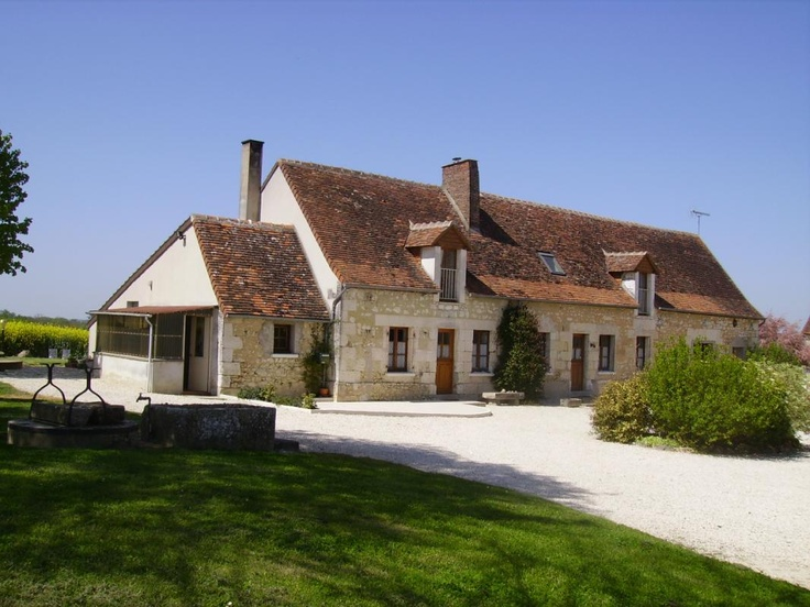 In the first floor of this long house, typically from Tours, were fitted out Bed and Bedrooms. Farm products are served in the table d'hôte (on reservation) with the owners. In the surroundings: the Castles of the Loire, the museums, the Zoo of Beauval, the ponds of Brenne and many other treasures are to be discovered.