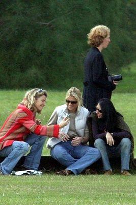 Bezoek aan Argentijnse vrienden die trouwen, dit is bij een polowedstrijd en wordt haar digitale camera gestolen. Privéfoto's verschijnen in de pers.