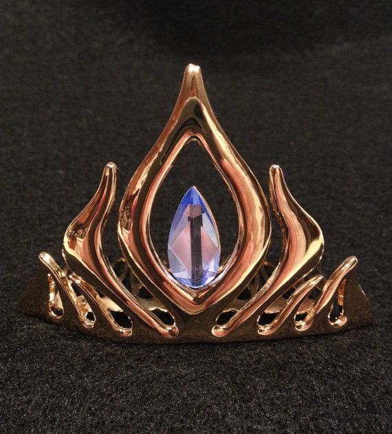 Gorgeous metal comb replica of Frozen Queen Elsas crown. Perfect finish to any costume or imaginary play. Great gift for anyone who loves Frozen. Sturdy gold metal comb with blue crystal in center. 5cm X 7cm X 5.5cm