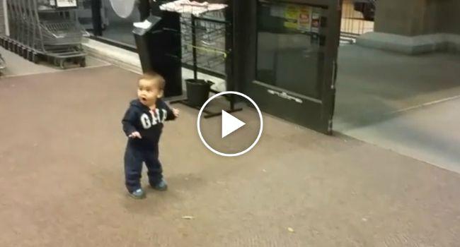 A Reação Adorável De Um Bebé Que Vê Portas Automáticas Pela Primeira Vez