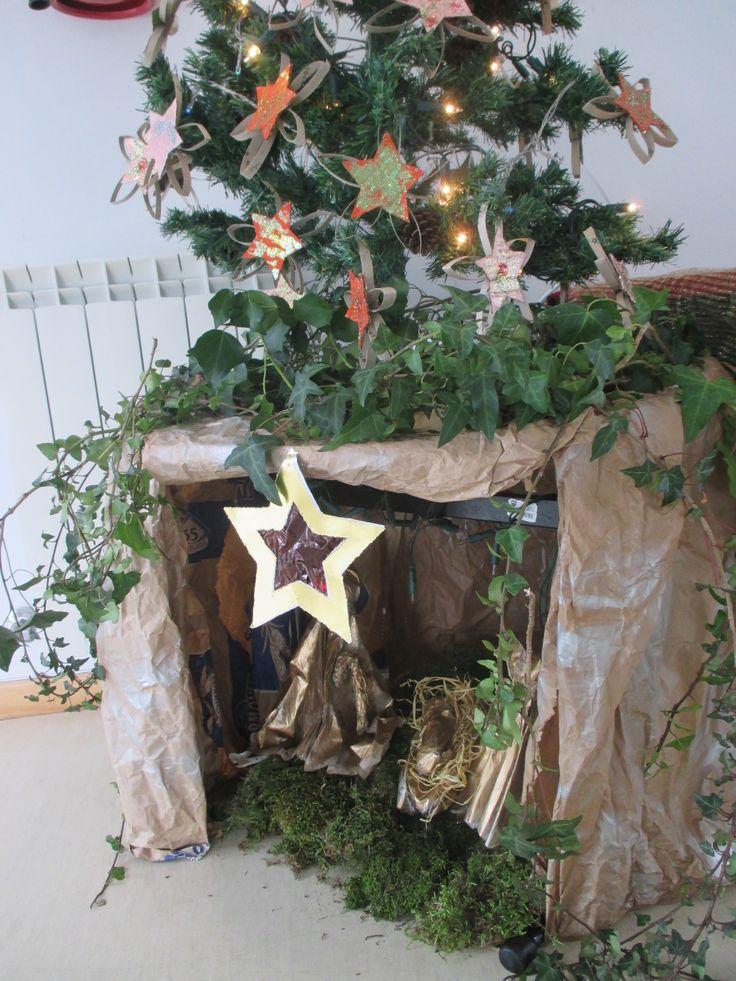 rvore de natal com estrelas feitas com rolos de papel higi nico pres pio feito com jornais. Black Bedroom Furniture Sets. Home Design Ideas