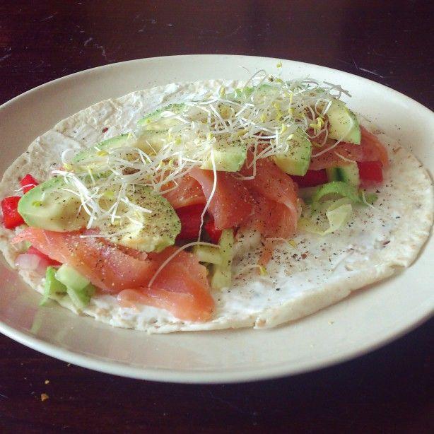 Heerlijke wrap met zalm, avocado, tomaat en komkommer en philadelphia