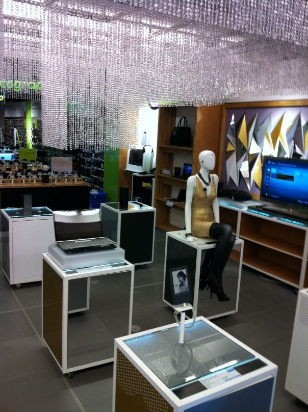 Black - Currys - PC World - Upmarket - Electrical - Lifestyle - Visual Merchandising - Clear Retail - www.clearretailgroup.eu