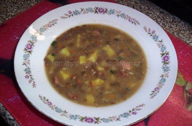 """""""Čočková polévka"""" - výborná!!! SUROVINY150g čočky, 2 větší brambory, 2-3 nožičky slabých párků, kořenová zelenina (celer, petržel, mrkev - od každého trochu), 1 menší cibule, kostička bujónu (používám Karpatský bujón, ale nemusí být), olej (sádlo), majoránka, 2-3 polévkové lžíce hladké mouky, 2 stroužky česneku, na ozdobu zelená naťkaPOSTUP PŘÍPRAVYČočku opereme a na noc ji naložíme do 1,5l vody. Druhý den ji v této vodě dáme vařit do změknutí tj. asi 5-10 minut. Mezitím si nakrájí..."""
