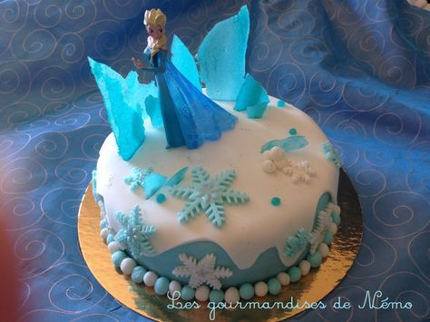 gâteau reine des neiges en pâte à sucre, olaf en pâte à sucre, gâteau au chocolat reine des neiges avec elsa