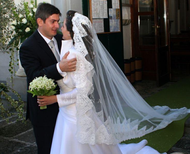 Bon ton e raffinatezza per un abito da sposa sartoriale de L'Atelier Elena Colonna dall'eleganza senza tempo.