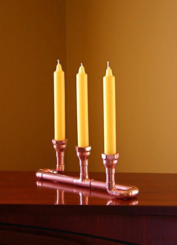 Une belle utilisation simple de raccords en cuivre. Cela permettra d'améliorer n'importe quelle table ou manteau. Facilement poli avec un cuivre de nettoyage domestique ou permettre à l'âge gracieusement. S'il vous plaît noter il y a des imperfections dans le cuivre qui ajoutent à la beauté de chaque pièce.  Ce qui fait un cadeau de mariage unique ou cadeau d'anniversaire. Le 7ème anniversaire de mariage est en cuivre.  Ce bougeoir peut contenir trois cônes. Sur la photo sont les bougies de…