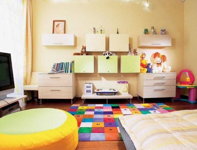 kindliche-farben-praktische-kinderzimmermöbel-teppich-quadratische-muster