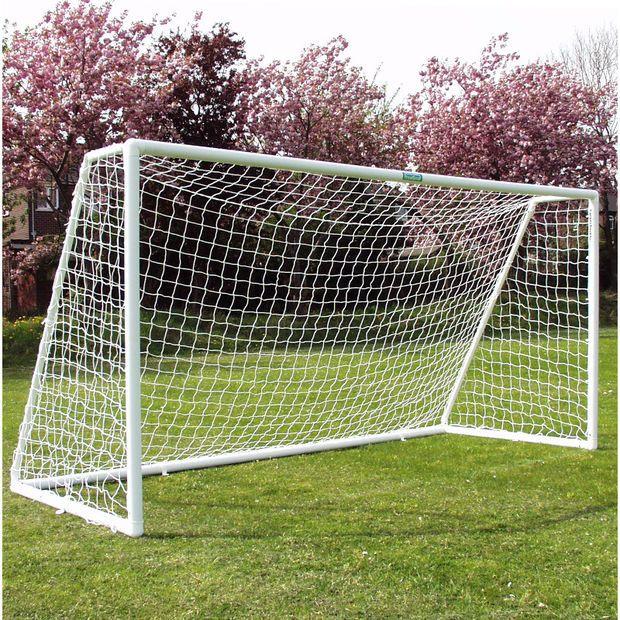 ItsAGoalin 3,6m* 1,8m jalkapallomaali on tukeva ja nopeasti koottava. Hyvä maali kotipihan kovimpiin peleihin!