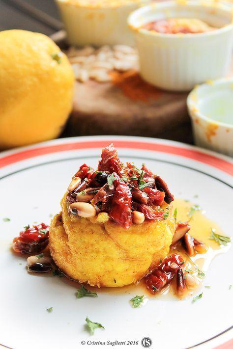 Sformato di ricotta e robiola giallo curcuma con pinoli tostati pomodorini secchi e limone Una sfiziosissima ricetta estiva veloce e facile da preparare. Ottima servita con una insalata mista.
