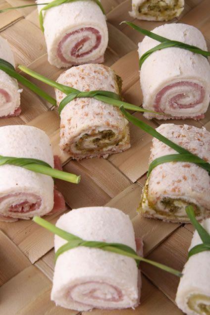 Broodrolletjes zijn heerlijke aperitiefjes om aan jouw gasten te geven, je maakt ze gemakkelijk van te voren! - Zelfmaak ideetjes