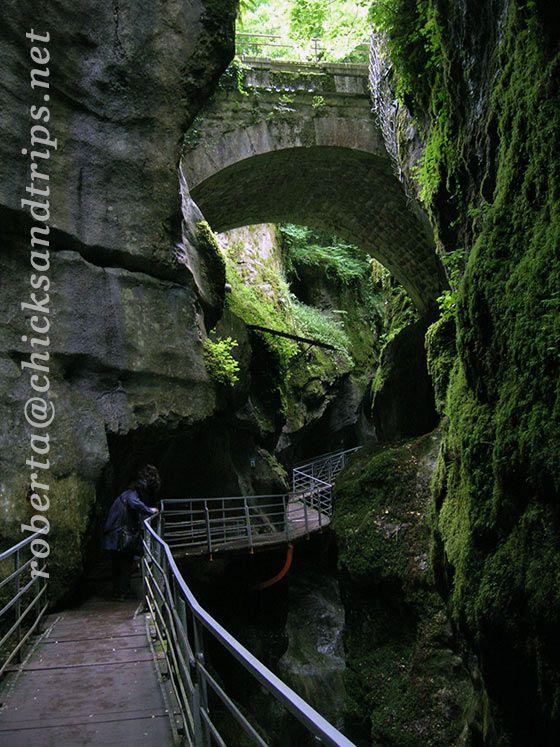 Le Gorges du Fier sono un pittoresco e stretto canyon scavato dall'erosione continua delle acque di un fiume, in Alta Savoia.