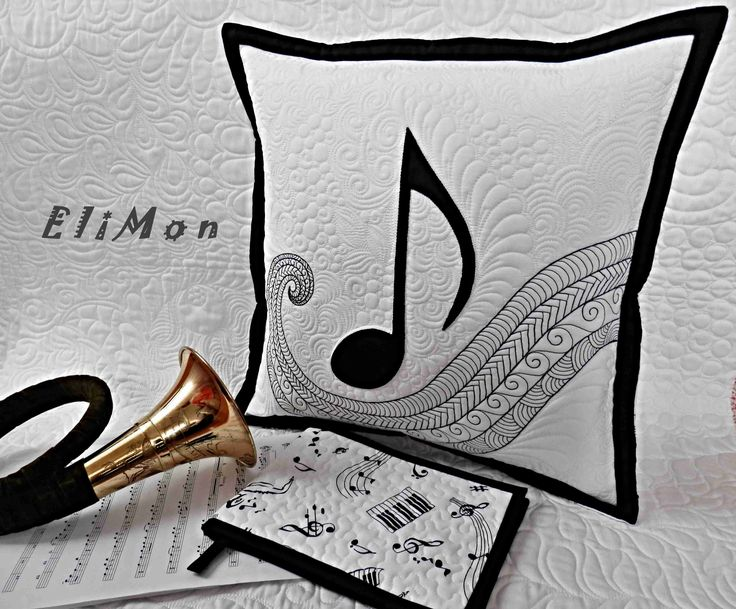 Quilting music  pillow. ( free motion quilting, aplique note)