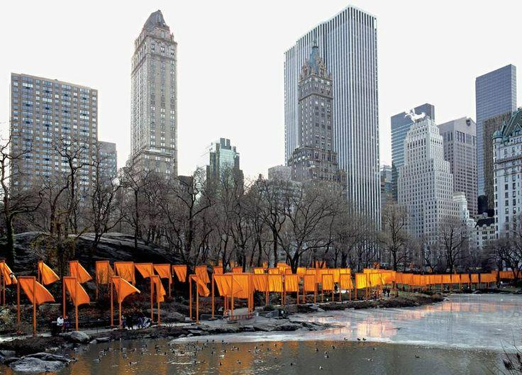 """ORANJE.  In februari 2005 pakten kunstenaars Christo Javacheff (1935) en zijn vrouw Jean-Claude (1935-2009) het New Yorkse Central Park in met 7500 oranje doeken. Langs de voetpaden, 37 kilometer in totaal, wapperde ruim 98 vierkante kilometer oranje stof als een rivier door het park. Op de vraag waarom Christo en Jean-Claude voor oranje kozen, antwoordden zij: """"Willekeurig. Een lekker felle kleur.""""  Foto: Christo & Jean-Claude, 'The Gates', 2005"""