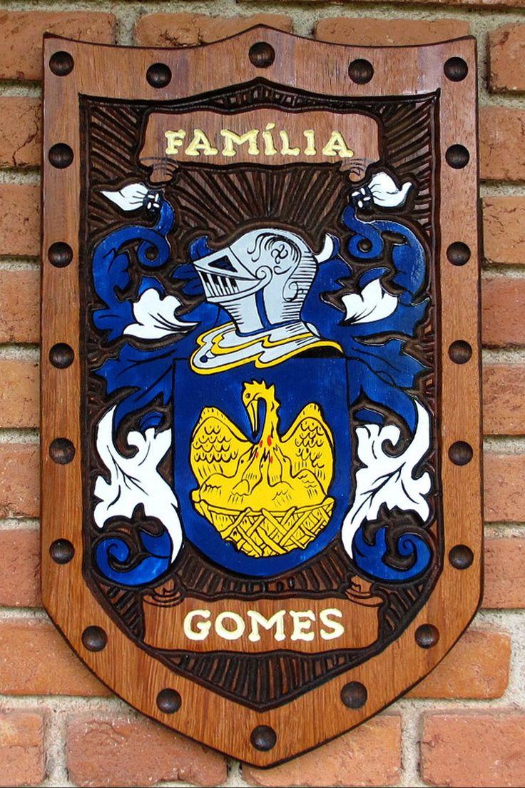 Brasão da família Gomes entalhado em madeira