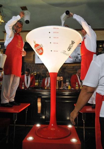En esta enorme copa se preparó el daiquirí más grande del mundo. Foto: Internet