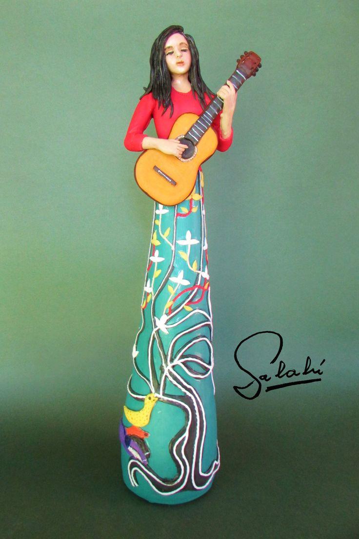 Homenaje a Violeta Parra. Escultura 48 cm.