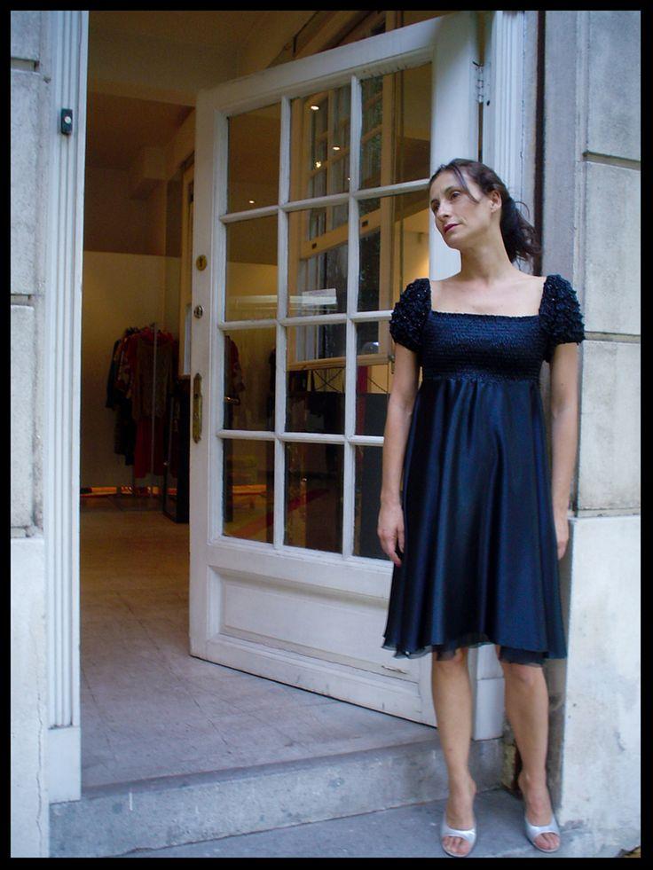 Vestido corte imperio mangas textura shibori y mostacillas bordadas. /Amparo Noguera/.