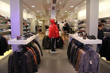 Deze winkel etalage is erg mooi, ik zou hier graag mijn jas willen kopen het is echt luxe en verkoopt dure merken.