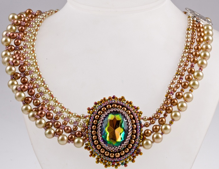 Combining right angle weave and cabochon embroidery technique. This Edwardian style necklace has vintage touch yet modern feels. Student must be able to do cabochon embroidery   * Materials for the focal point isn't included. Buy separately at the shop