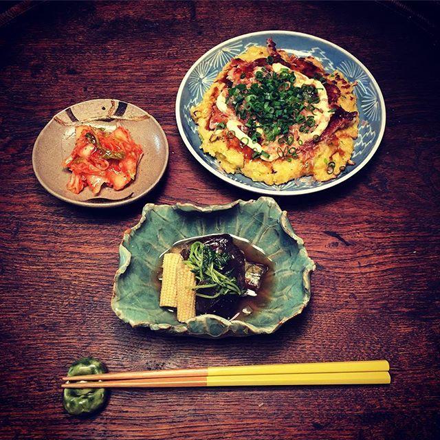 Instagram media by ziprockers - いただきまーす。久しぶりのお好み焼き。キムチに、茄子とヤングコーンの煮浸しです。器は古伊万里やら絵唐津やら京焼の青磁の小鉢やら。  #おうちごはん #骨董 #和食器 #和食 #料理 #うちごはん #foodpic #foodporn #instafood #うつわ #暮らし #自炊  #antique #おうちごはん #骨董 #和食器 #和食 #料理 #ceramics  #骨董 #和食器 #和食 #料理 #夕食 #煮浸し #古伊万里