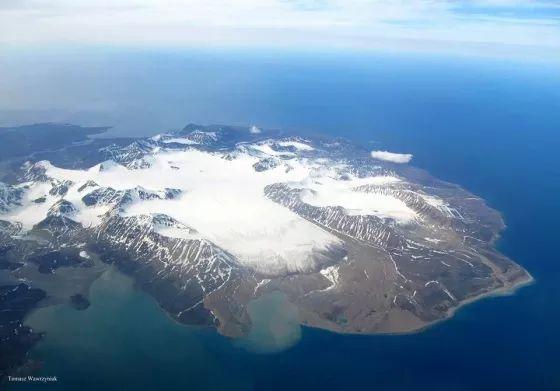 На южном берегу залива Бельсунн притаились несколько старых домиков, окруженных колониями полярных крачек. Это поселение Калипсо, которое когда-то было одной из крупнейших баз английской компании
