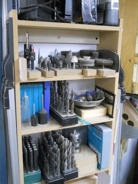 Supports pour accessoires de perceuse à colonne https://atelierdubricoleur.wordpress.com/2015/07/15/drill-press-accessory-holders-supports-pour-accessoires-de-perceuse-a-colonne/