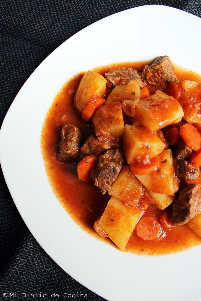 Este estofado de carne, es una receta tan casera y tan popular en los hogares chilenos, por lo mismo cada hogar tiene sus versiones de la misma. Yo he tratado de hacerla lo más similar como lo hacía mi madre. Un detalle importante es saber elegir una buena carne para este plato, ya que ...