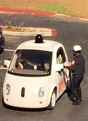 Zatrzymał samochód i miał problem. Komu wręczyć mandat, gdy w środku nie ma kierowcy. http://www.tvn24.pl/wiadomosci-ze-swiata,2/policja-zatrzymala-samochod-google-policjant-i-samochod-robot,594280.html